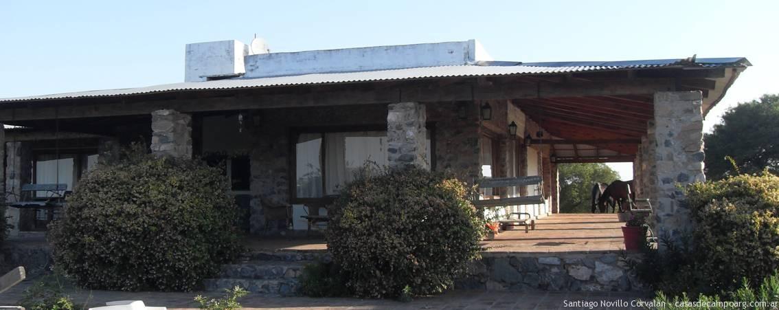 Casa de piedra rustica con galeria